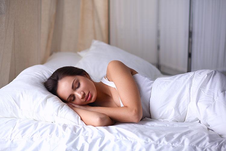 Mujer descansado en la cama