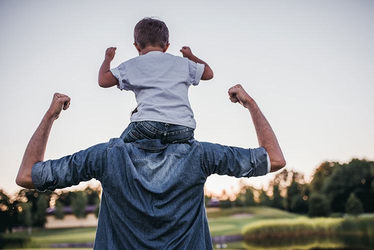 Padre e hijo pasando un rato en familia