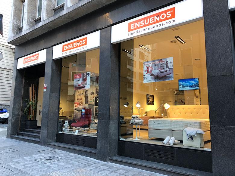 Imagen desde el exterior de la nueva tienda ENSUEÑOS de Bilbao