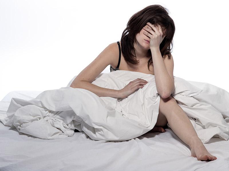 Imagen de una chica afectada por el círculo vicioso que supone la falta de sueño