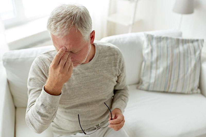 Imagen de un señor con falta de sueño y cambio en el metabolismo