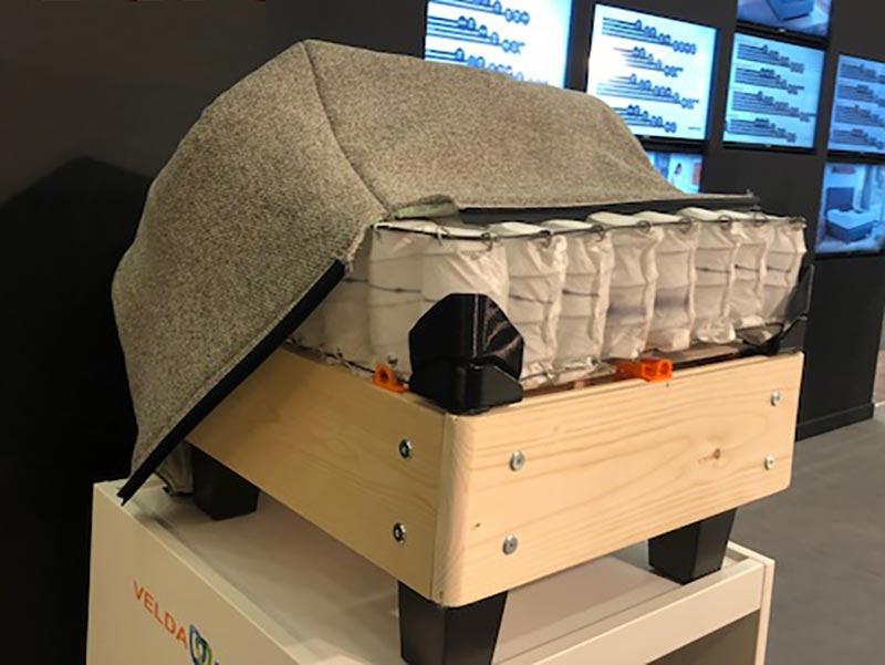 Modelo en miniatura de la composición de materiales de la cama Velda para un descanso sostenible