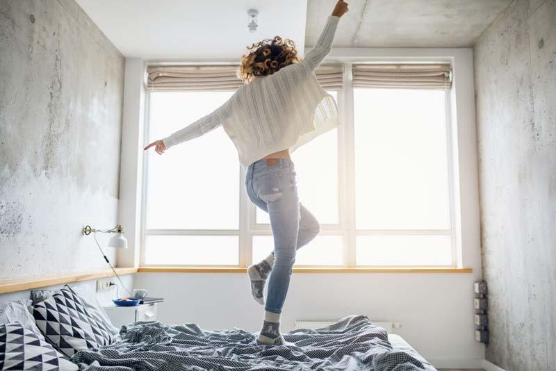 Los mecanismos químicos nos dan energía para funcionar durante el día tras posponer el despertador