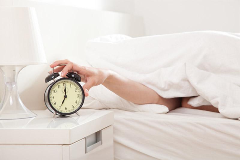 Interrumpir el sueño por la mañana tras posponer el despertador