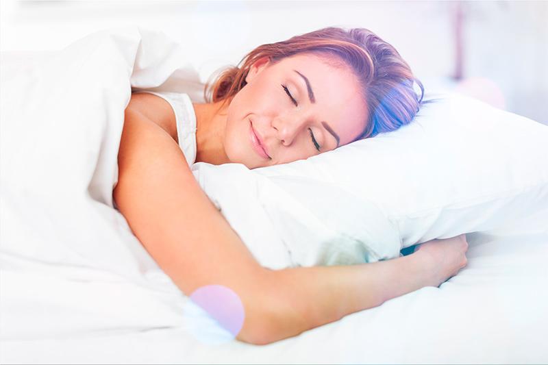 Descansando sobre cama Finesse