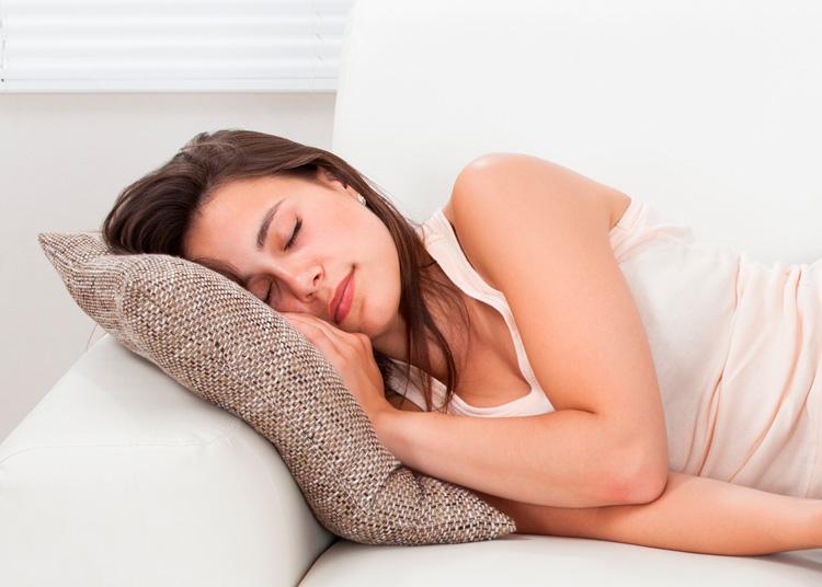 Mujer dormida en el sofa