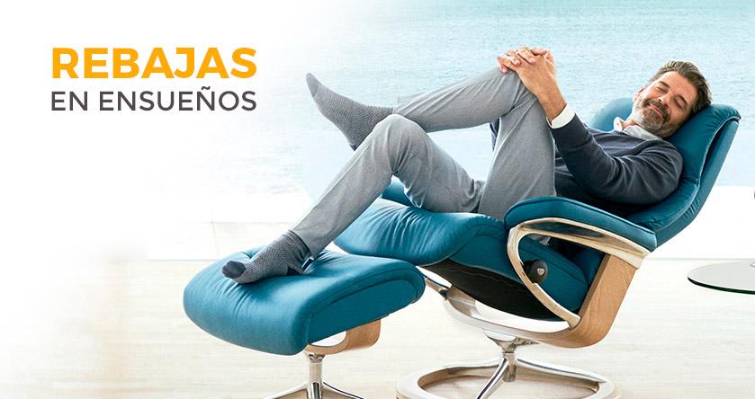 Hombre relajado en el sillón Stressless disponible en las tiendas de Ensueños