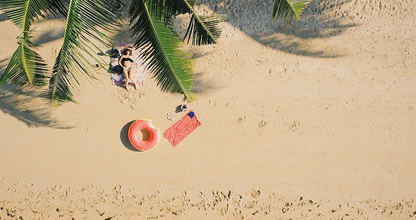 Playa relajada durante la época del verano