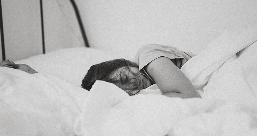 Persona durmiendo en una cama