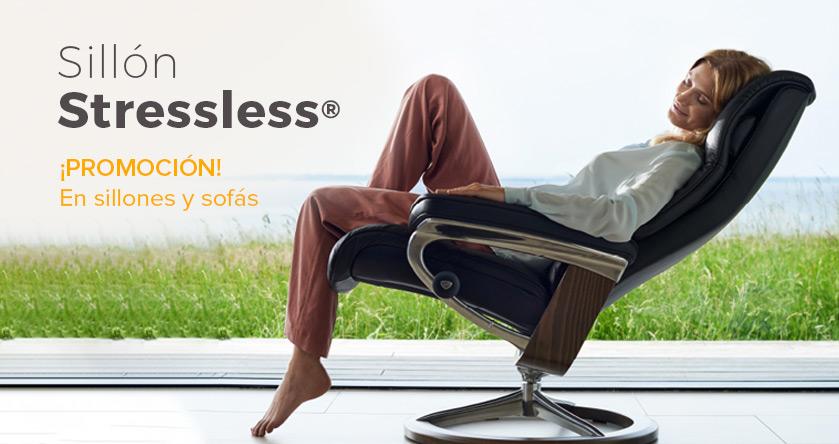 Mujer en el sillón Stressless disponible en las tiendas de Ensueños