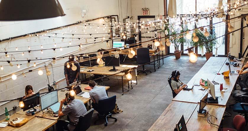 Equipo de personas trabajando en una ofician o estudio