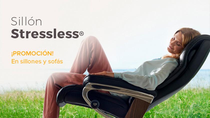 Mujer tumbada en el sillón Stressless disponible en las tiendas de Ensueños con el Plan Renove