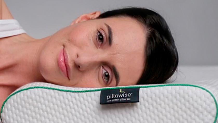 Mujer tumbada en la almohada Pillowise disponible en las tiendas de Ensueños